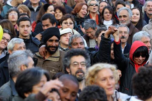 Piazza Vittorio, foto ricordo per un quartiere anti-razzista