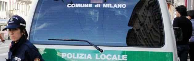 Milano: uomo trovato segregato tra i rifiuti, indagini per chiarire il mistero del box