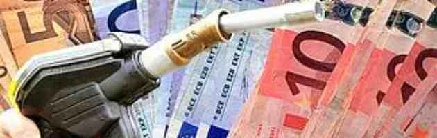 """Benzina. I petrolieri """"prezzo può scendere"""", ma i consumatori """"fatti non parole"""""""
