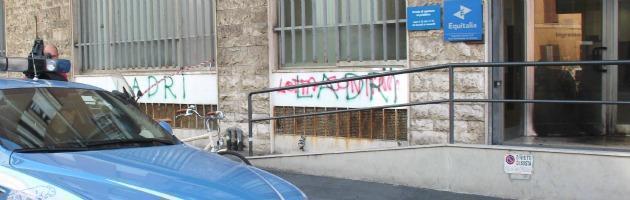 Nuovo attacco a Equitalia: due molotov contro l'ingresso della sede di Livorno