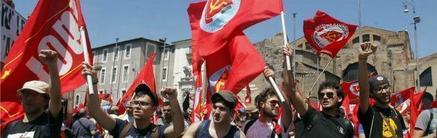 """Comunisti in piazza contro il governo: """"Vendola e Di Pietro, uniamoci"""""""