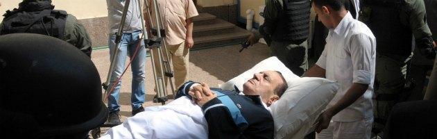 Egitto, ergastolo all'ex presidente Mubarak Scontri al Cairo, diecimila in piazza Tahrir