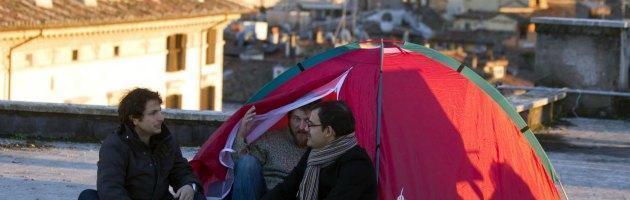 """Fiat, taglio di 250 euro agli iscritti Fiom. Operai sui tetti, l'azienda: """"E' una sentenza"""""""