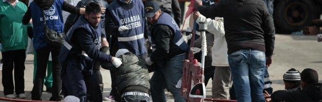 Ancona, 2 immigrati morti e 3 in coma su traghetto greco. Sbarchi al Sud