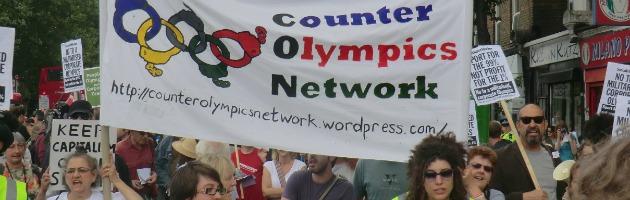 """Londra 2012, la protesta pacifica: """"Olimpiadi nelle mani degli sponsor"""""""
