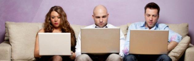 """Smartphone e tablet ci rendono """"schiavi da lavoro"""": due ore in più a giorno"""