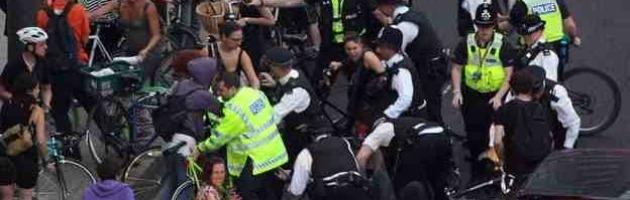 Londra 2012, durante la cerimonia la polizia picchia donne e disabili