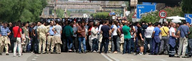 Taranto, gli operai Ilva bloccano le strade per protestare contro l'ipotesi sequestro