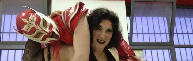"""Nel weekend l'impiegata diventa wrestler: """"Combatto (e vinco) contro gli uomini"""""""