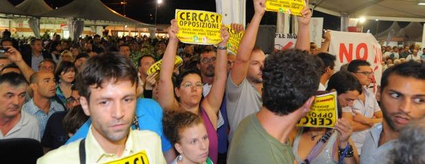 """Bersani contestato da 5 Stelle e No Tav: """"Opposizione cercasi"""" (video e gallery)"""