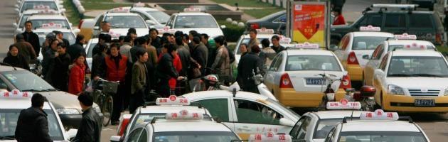 """Cina, """"Tariffe troppo basse"""" e i tassisti scioperano. Ma rischiano la prigione"""