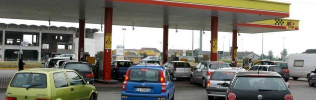"""La benzina aumenta, il governo: """"Tutto ok"""". Ma in realtà l'auto non """"tira"""" più"""