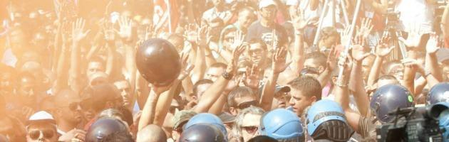 Ilva Taranto, migliaia ai cortei in città. Comizi interrotti da un blitz dei Cobas
