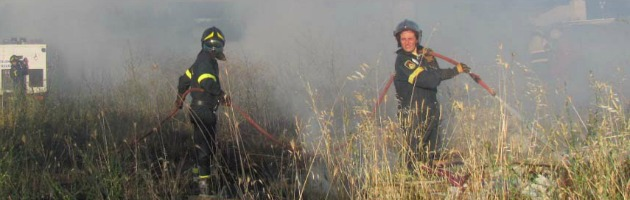 Incendio vicino a Cattolica, minacciate anche le case