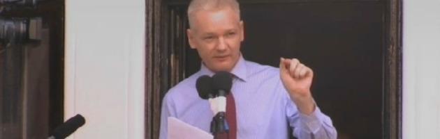 """Assange parla dall'ambasciata: """"Obama rinunci alle accuse contro Wikileaks"""""""