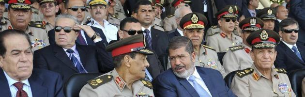 """Egitto, attacco di jihadisti sul Sinai. Uccisi 16 soldati, Mursi: """"Pugno duro"""""""