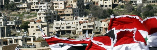 Siria, attentato al funerale: 12 morti. Allarme profughi dalla Turchia