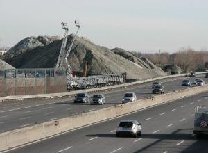 """Vetro non riciclato, una montagna di detriti lungo l'A1: """"Sono nocivi"""""""