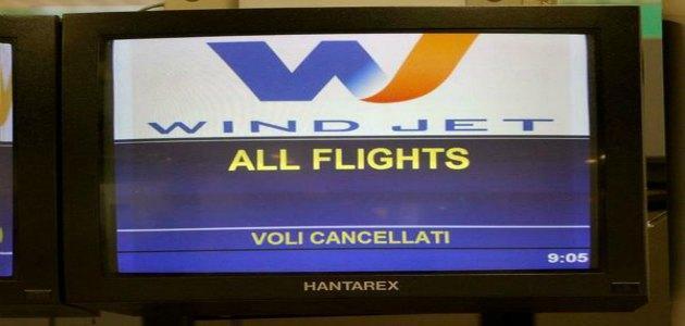 """Wind Jet, cancellati tutti i voli. Enac: """"Irresponsabile lo stop durante trattativa"""""""