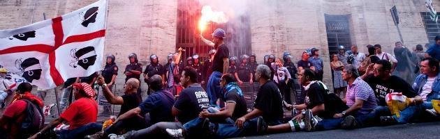 Alcoa, segretari Fiom-Cgil e Fim-Cisl saliti su torre di 60 metri per protesta