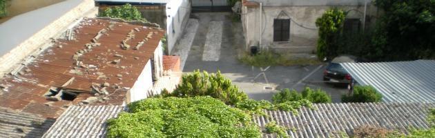Ostia, dietro alla via dello shopping i capannoni con le tettoie di amianto