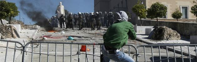 """Crisi greca, sciopero generale, cortei e scontri per dire """"no"""" ai tagli"""