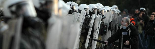 Crisi greca, Atene stretta tra i creditori alla porta e la popolazione stremata