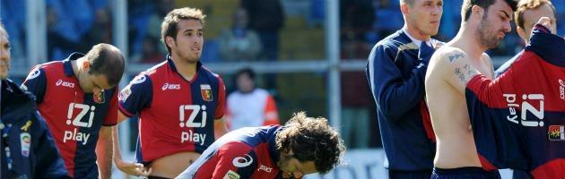 Genoa-Siena, 16 calciatori rossoblù deferiti per le maglie tolte su pressione dei tifosi