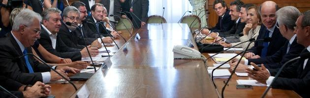 """Governo-sindacati, Passera promette """"più soldi ai lavoratori"""" ma è tensione Monti-Cgil"""