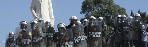 Polizia greca in sciopero contro il nuovo piano tagli chiesto dalla Troika