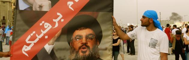 Libano, manifestanti in piazza contro il governo filo Assad: scontri e feriti