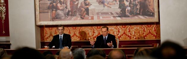 """Berlusconi detta la linea a microfoni spenti: """"Niente primarie, voto a gennaio"""""""