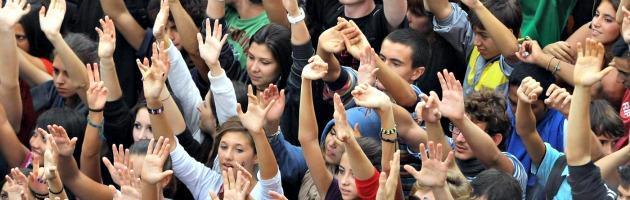 """Scuola, studenti in piazza """"armati"""" di carote: """"Dai governi solo bastone"""""""
