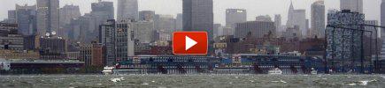 """Sandy, """"stato di catastrofe a New York"""" Spenti 3 reattori, in 8 milioni senza luce"""
