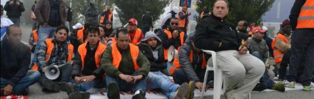 Piacenza, sciopero facchini Ikea. Bloccati gli ingressi, cinque feriti