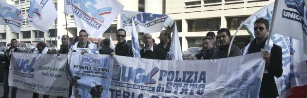 """Polizia e pompieri contro i tagli di Monti: """"A rischio la sicurezza dei cittadini"""""""