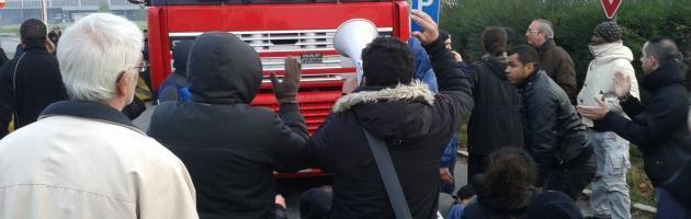 Sit-in Coop, 10 facchini in stato di fermo. La polizia fa ripartire i tir (foto e video)