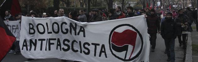 """Gli antifascisti in piazza a Bologna: """"Fermiamo l'ascesa di Casapound"""" (video)"""