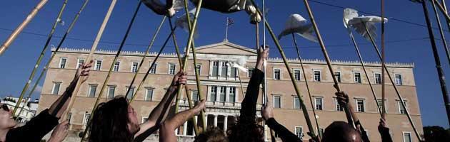Atene, seimila persone in piazza. Intanto il Pil scivola a -7,2%