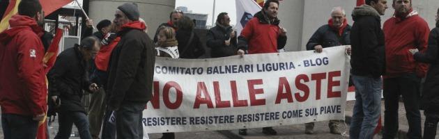 Urla e proteste contro l'asta delle spiagge. In 100 bloccano il traffico (foto)