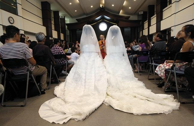 Due spose in abito da sposa che si sposano. W Obama