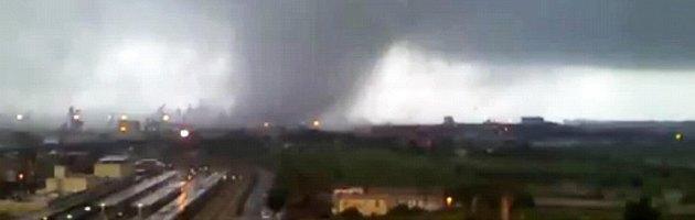 Taranto, tromba d'aria sull'Ilva (video). Almeno 38 feriti, si cerca un disperso