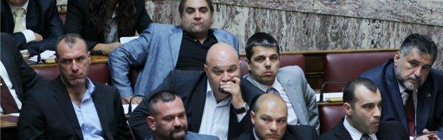 Grecia, l'escalation di Alba dorata: in Parlamento con le pistole