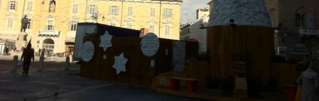 Pizzarotti e il flop dell'albero di Natale. Biglietti di protesta rimossi dal Comune