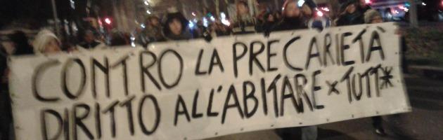 """In 150 bloccano il centro di Bologna: """"Vogliamo una casa"""""""