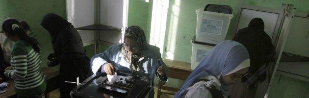 Egitto: approvata la nuova Costituzione, ma il governo Morsi perde i pezzi