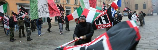 """Forza Nuova brucia bandiera Ue. """"Grillo fa il Duce ma è dissenso manovrato"""" (video)"""