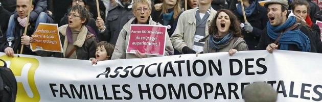 Parigi, scendono in piazza i sostenitori della legge su matrimoni e adozioni gay