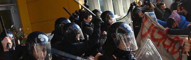 Ikea, scontri tra facchini e polizia. Due i feriti lievi (video)