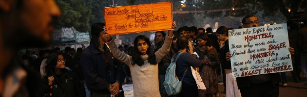L'india contro gli stupri di gruppo, Sonia Gandhi accoglie le ceneri di Amanat